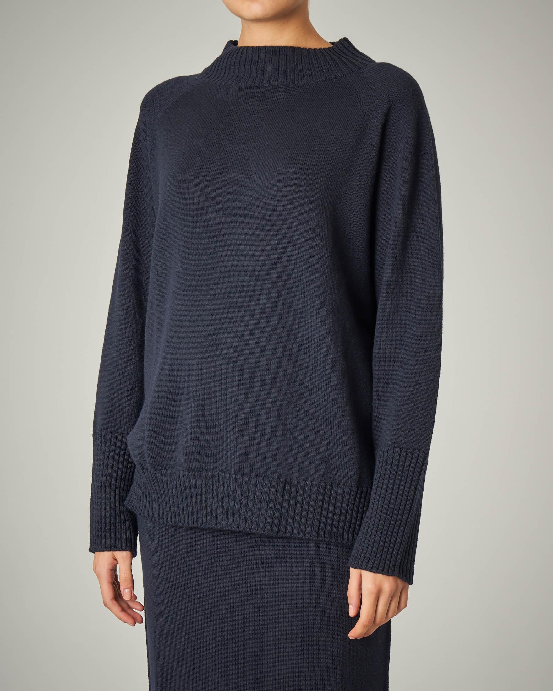 Maglia collo alto blu in lana vergine
