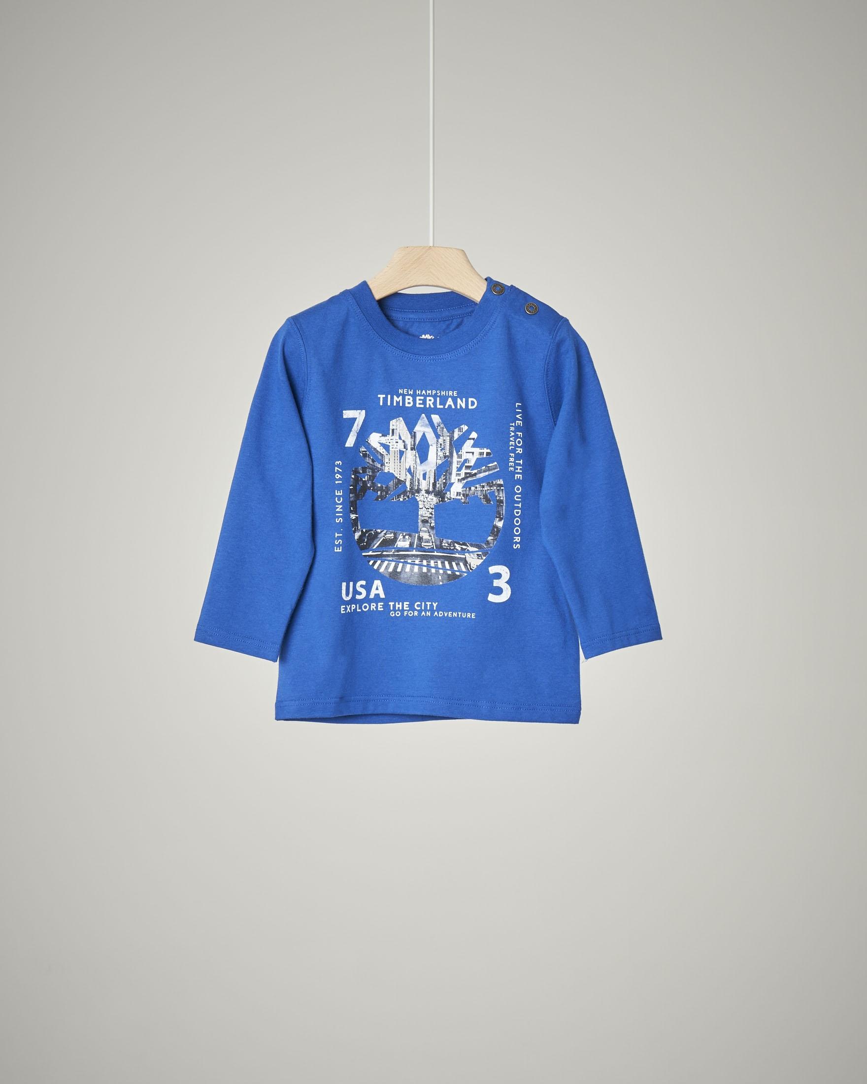 T-shirt a manica lunga blu royal con stampa albero e città